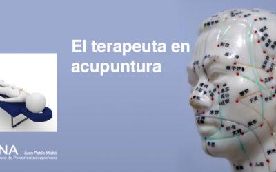 El terapeuta en acupuntura.